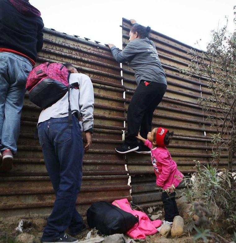Los migrantes cuando se cruzan la frontera se entregan a la Patrulla Fronteriza. (Foto Prensa Libre: AFP)