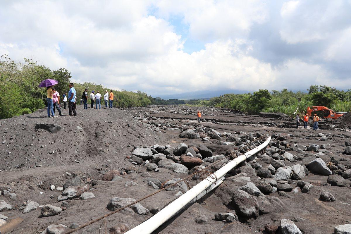 La tubería que suministra agua a comunidades de Siquinalá colapsó, debido a los lahares que bajaron por el río Ceniza. (Foto Prensa Libre: Carlos Paredes)