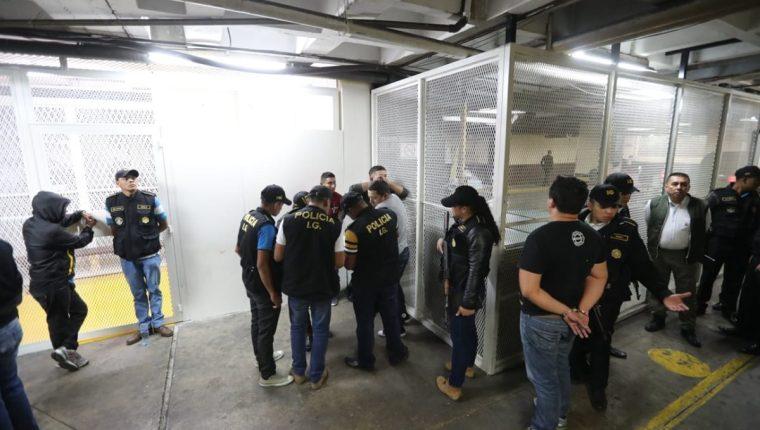 Los detenidos fueron presentados ante el Juzgado de Mayor Riesgo A. (Foto Prensa Libre: Erick Avila)