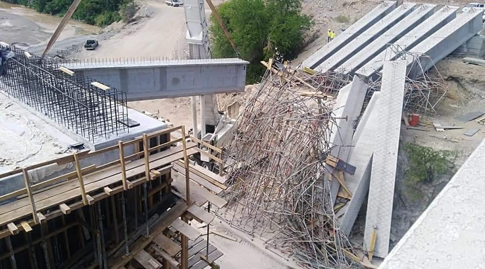 Así quedó la construcción del puente que se desplomó. (Foto: Facebook/Alexander Milián)