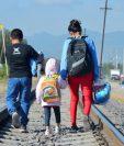 Niños migrantes centroamericanos son captados caminando por las vías del ferrocarril, en la localidad de Lechería, México. (Foto Prensa Libre: EFE)