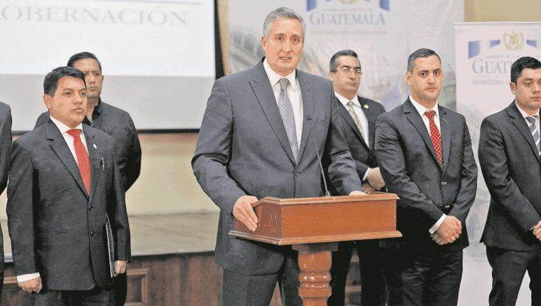 El ministro de Gobernación, Enrique Degenhart, junto a los viceministros Kamilo José Rivera Gálvez y Manuel Castellanos. (Foto Prensa Libre: Hemeroteca PL)
