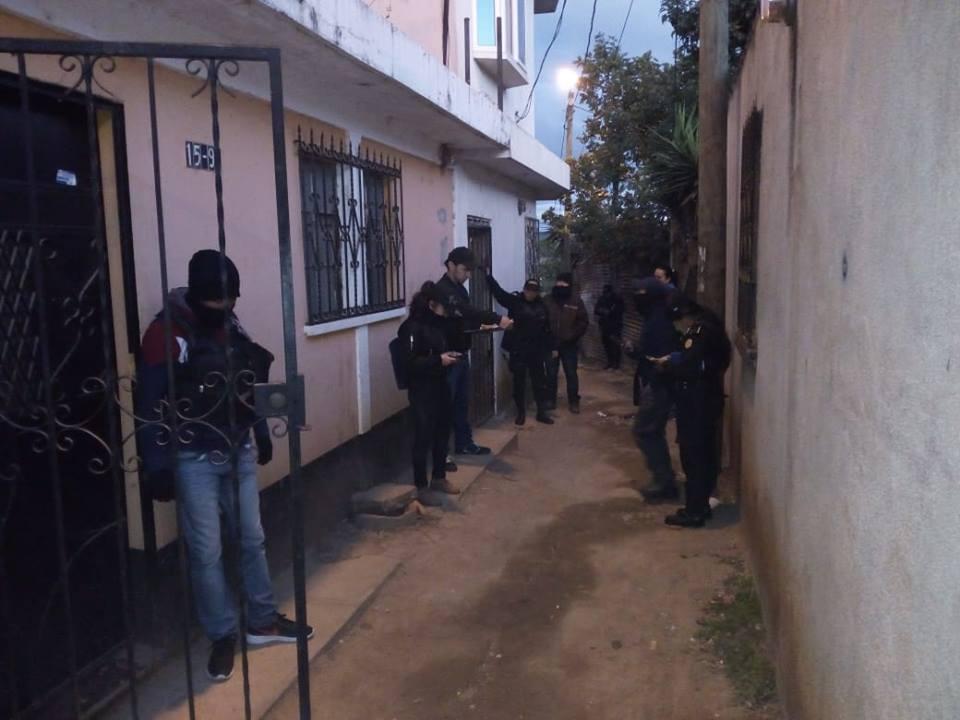 Agentes de la Deic y PNC participan en el operativo de captura de sospechosos de robo de furgones. (Foto Prensa Libre: PNC)