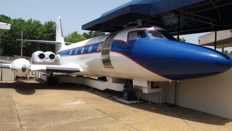 El Hound Dog II, es uno de los aviones que se exhiben en Graceland en Memphis. (Foto Prensa Libre: AP)