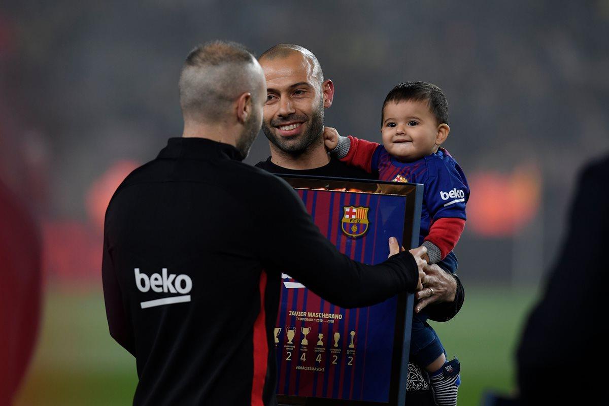 Javier Mascherano recibe la última ovación de la afición en el Camp Nou