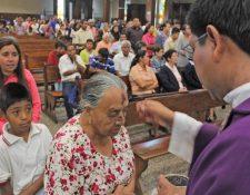 La imposición de la cruz de ceniza marca el comienzo de la Cuaresma en Guatemala. (Foto Prensa Libre: Hemeroteca PL)
