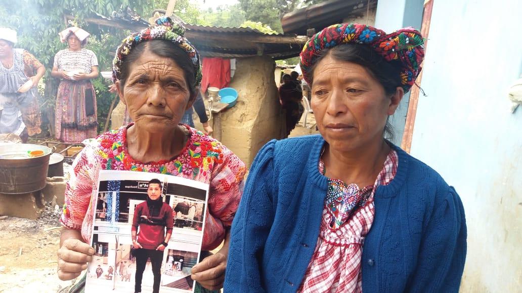Familiares de Marvin García Cabrera, quien falleció en Río Bravo, cuando quiso cruzar la frontera hacia Estados Unidos, esperan su cuerpo en la aldea Agua Tibia, San Juan Ostuncalco, Quetzaltenango. (Foto Prensa Libre: Cortesía de Moisés Cottom)