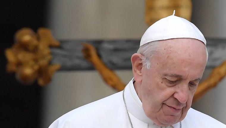 Papa Francisco durante una audiencia general en la Plaza de San Pedro. (Foto Prensa Libre: AFP)