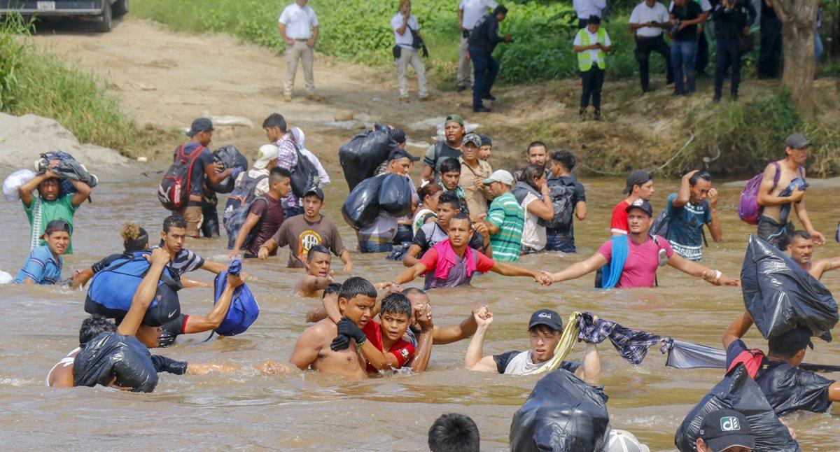 Migrantes han arriesgado su vida al cruzar el río Suchiate. (Foto Prensa Libre: AFP)