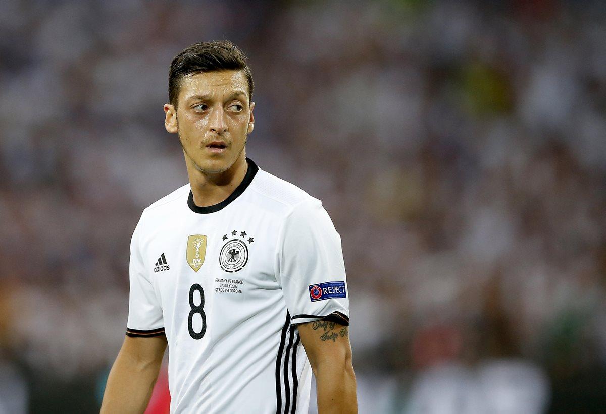 Mesut Ozil renuncia a la selección alemana por racismo