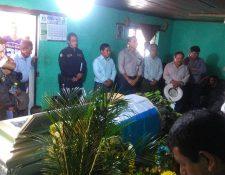 Los restos del agente Arnoldo Victoriano Lejá Peneleu fueron llevados a Sololá. (Foto Prensa Libre: Ángel Julajuj)