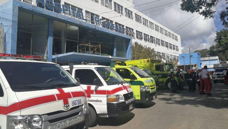 En el área de emergencia del Hospital Roosevelt quedaron los cadáveres de dos de las víctimas de la balacera. (Foto Prensa Libre: Estuardo Paredes)