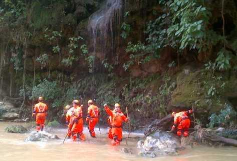 Socorristas rastrean las márgenes del río Valparaíso, en busca de restos que podrían ser del subinspector César García (inserto), secuestrado en Salcajá.