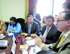 Autoridades del Maga se reúnen con diputados de la Comisión de Agricultura del Congreso. (Foto Prensa Libre: Edwin Bercián)