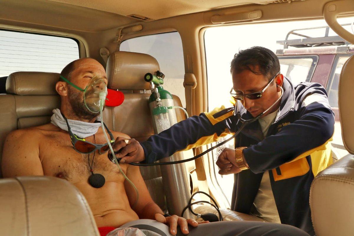 Juan Carlos Sagastume recibe asistencia médica, durante la travesía por el salar de Uyuni. (Foto Prensa Libre: Cortesía Juan Carlos Sagastume).