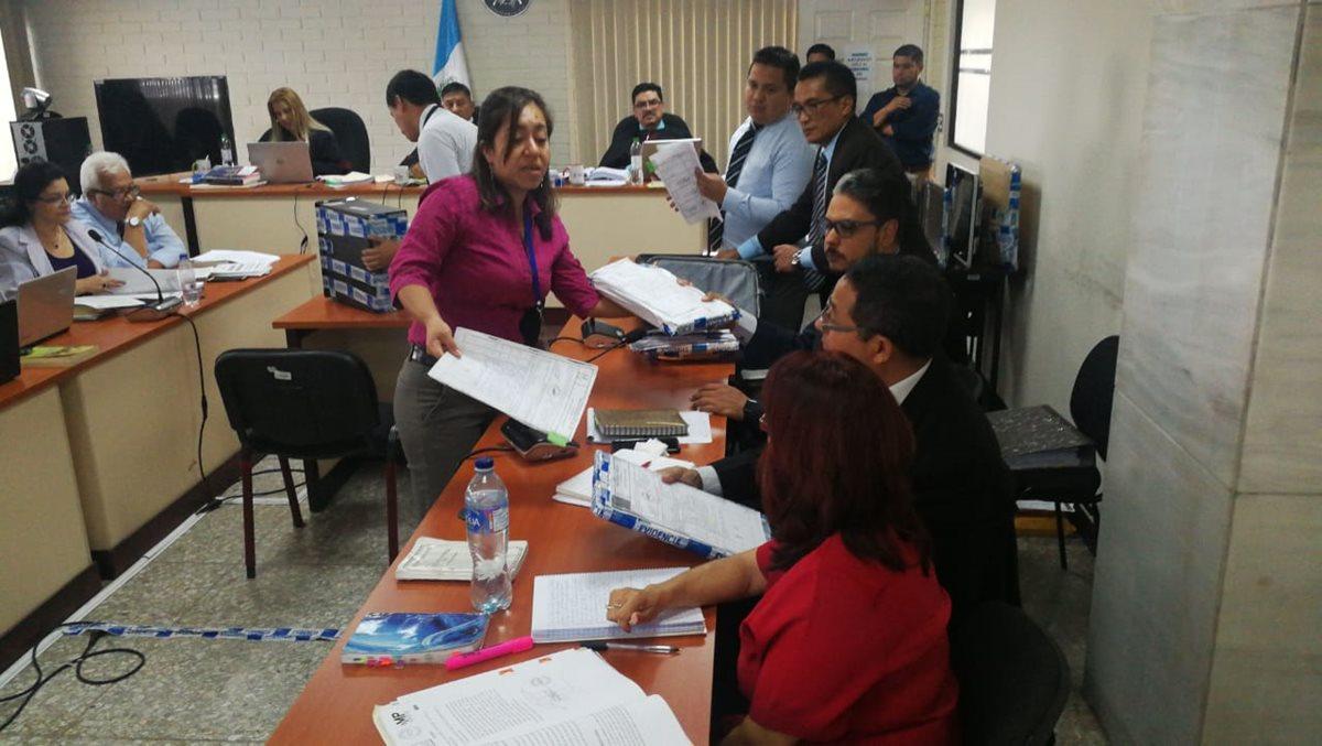 El fiscal mostró decenas de documentos que sustentan la acusación. (Foto Prensa Libre: Erick Ávila)
