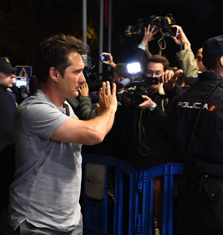 El entrenador de Boca Juniors, Guillermo Barros, saluda al llegar al hotel de concentración del cuadro xeneize. (Foto Prensa Libre: AFP)