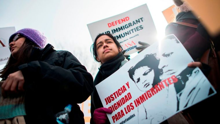 Decenas de personas se han manifestado en varias ciudades de EE UU., en rechazo a la cancelación del TPS a salvadoreños. (fFoto Prensa Libre: EFE)