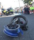 La víctima del choque entre una motocicleta y un automóvil en la zona 12 capitalina, fue identificada como Gustavo García, de 22 años. (Foto Prensa Libre: Érick Ávila)
