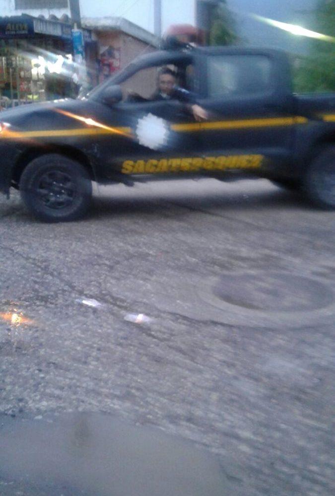 Esta es la patrulla donde viajban los policías. (Foto Prensa Libre: Cortesía)