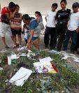 Varios pobladores de las aldeas San Miguel Los Lotes y El Rodeo, Escuintla, hicieron un altar provisional en el parque central de San Juan Alotenango Sacatepéquez, para recordar a sus familiares y amigos (Foto Prensa Libre: Edwin Fajardo)