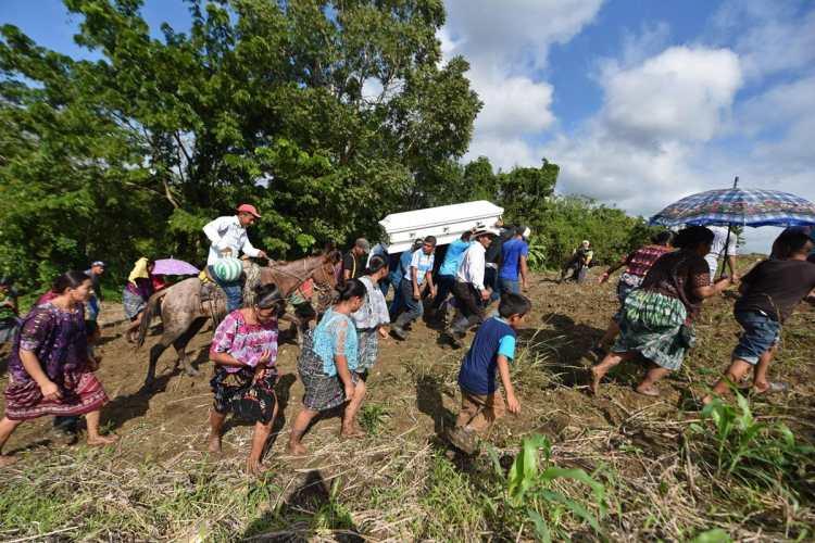 Varias mujeres acompañan al féretro de Jakelin Caal, pese a las condiciones del camino.