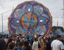 Desde muy temprano, los barriletes gigantes de Sumpango, Sacatepéquez, fueron exhibidos en el campo de futbol del pueblo. (Foto Prensa Libre: Carlos Álvarez)