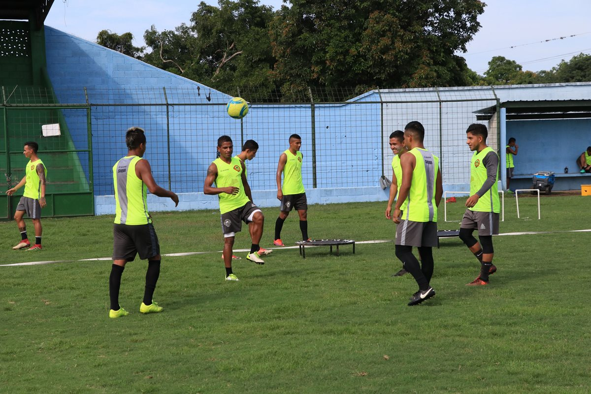 En un intenso calor, los dirigidos por Daniel Berta se entrenaron ayer en el estadio Mateo Sicay Paz.(Foto Prensa Libre: Carlos Enrique Paredes)
