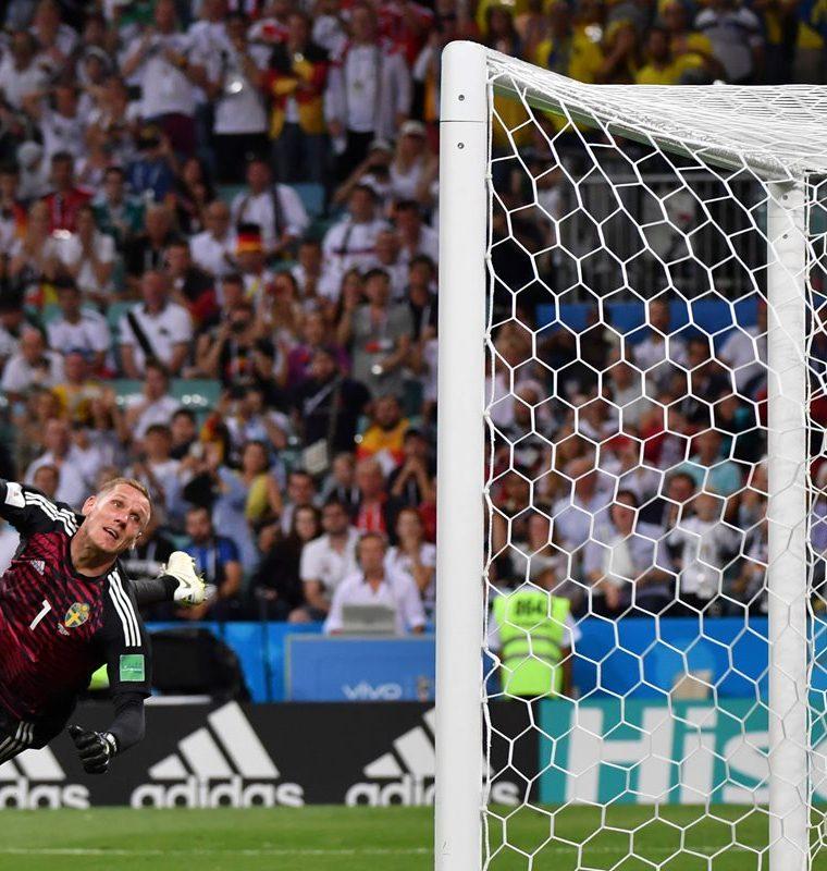 El guardameta de Suecia no puede detener el disparo de Toni Kroos. (Foto Prensa Libre: AFP)