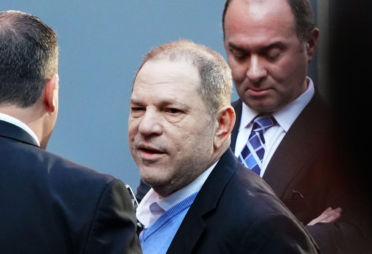 Harvey Weinstein, que se entregó a las autoridades, es finalmente acusado tras las múltiples denuncias de abuso sexual (Foto Prensa Libre: AFP).