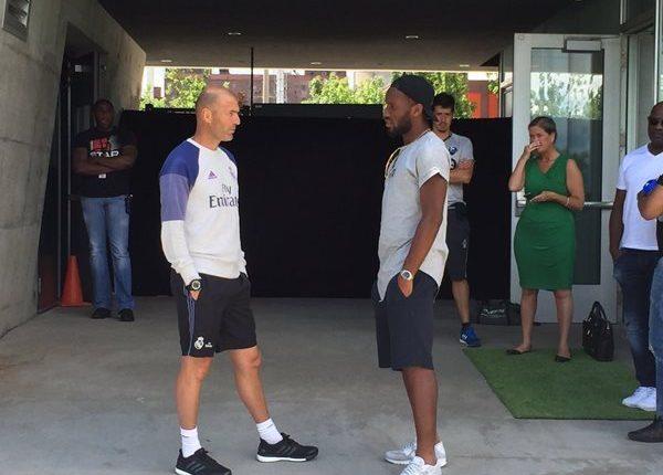 Zinedine Zidane (i) conversa con el delantero Didier Drogba, al finalizar la práctica merengue en Montreal, Canadá. (Foto Prensa Libre: tomada de internet)