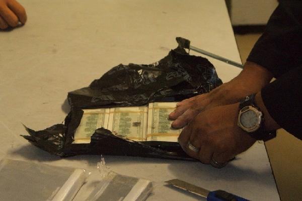 los dólares van escondidos en maletas, pegados  en libros o bien son llevados en torno al cuerpo. (Foto Prensa Libre: Archivo)