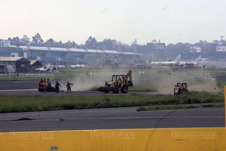 La pista del Aeropuerto La Aurora quedó cubierta de ceniza volcánica.