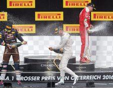 Max Verstappen, Lewis Hamilton y Kimi Raeikkoenen festejaron en el podio del GP de Austria. (Foto Prensa Libre: EFE)