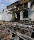 Un incendio consumió un local comercial ubicado en el segundo nivel de un centro comercial ubicado en la zona 7 capitalina. (Foto Prensa Libre: Carlos Hernández)