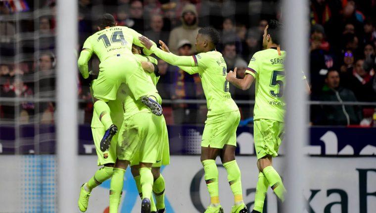 Los jugadores del Barcelona, festejan el gol de Dembelé. (Foto Prensa Libre: AFP)