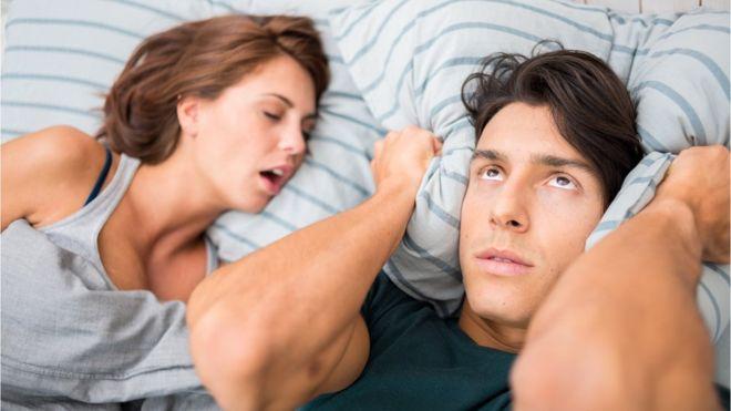 ¿Los ronquidos de tu pareja no te dejan dormir? Te presentamos algunas soluciones tecnológicas que prometen ayudarte a conciliar el sueño. GETTY IMAGES