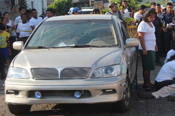 El cuerpo de Roberto González quedó a un costado de su vehículo. (Foto Prensa Libre: Danilo López)