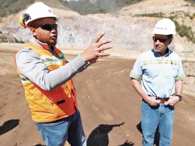 Oswaldo Bautista, gerente de la Región Suroccidente,  y Gianluca Beverini, gerente general, explican los procesos.
