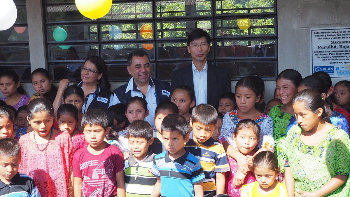 Estudiantes beneficiados, durante la ceremonia de inauguración. (Foto Prensa Libre: Cortesía)