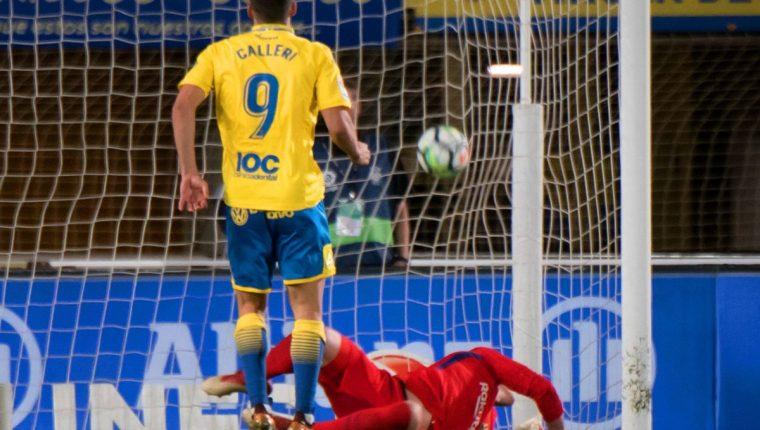 Jonathan Calleri, de Las Palmas, marca ante el Barcelona. (Foto Prensa Libre: AFP)
