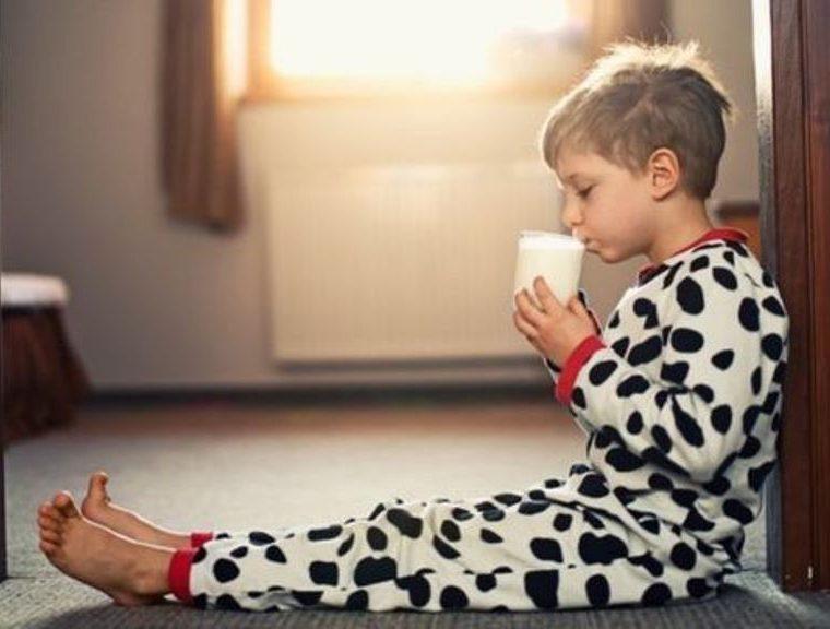 Ese vaso de leche tibia reconfortante no te va a poner peor. (GETTY IMAGES)