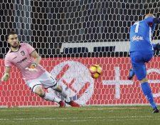Massimo Maccarone cobra un penalti durante el partido contra el Palermo. (Foto Prensa Libre: EFE)