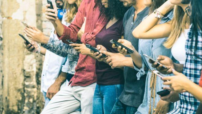 Las aplicaciones Screen Time y Digital Wellbeing quieren ayudarte a saber con qué frecuencia miras tu dispositivos. GETTY IMAGES