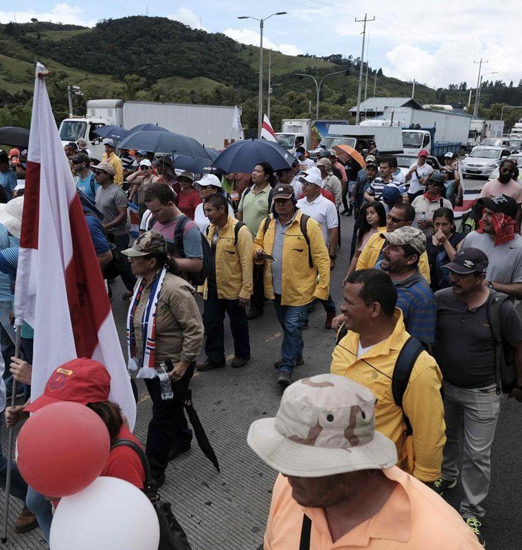 Manifestantes caminan por una carretera que lleva a la provincia de Cartago a las afueras de San José, Costa Rica. (Foto Prensa Libre: EFE)