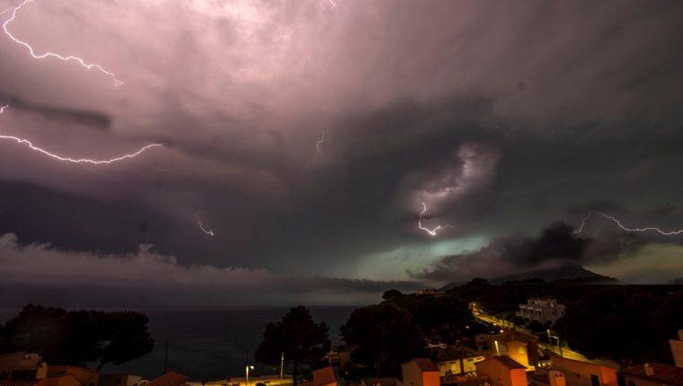 (Imagen de referencia) La tormenta eléctrica asustó a los capitalinos durante la noche del jueves y madrugada del viernes. (Foto Prensa Libre: EFE)