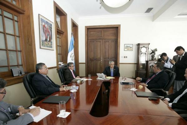 Presidente Otto Pérez Molina se reúne con integrantes del G4. (Foto cortesía de la Scspr)