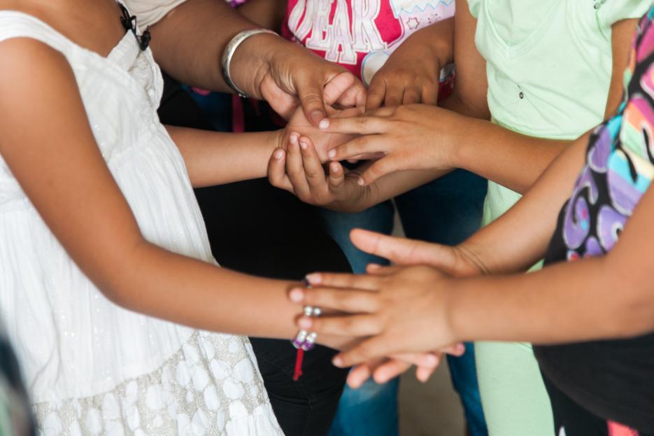 La pequeña Adayanci(de blanco) intenta jugar con sus compañeros de clase el primer día que se reintegró a sus estudios en una escuela rural de Santa Ana, Malacatán. (Foto: Univisión)