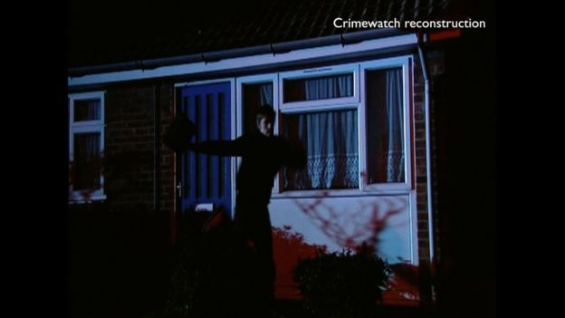 Jason Ward, representado aquí en una reconstrucción del crimen, había atacado a Gladys Godfrey 16 meses antes de regresar a asesinarla.