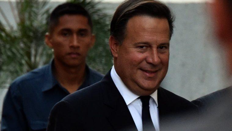 El presidente panameño, Juan Carlos Varela, abandona la cancillería después de reunirse con embajadores. (Foto Prensa Libre: AFP).